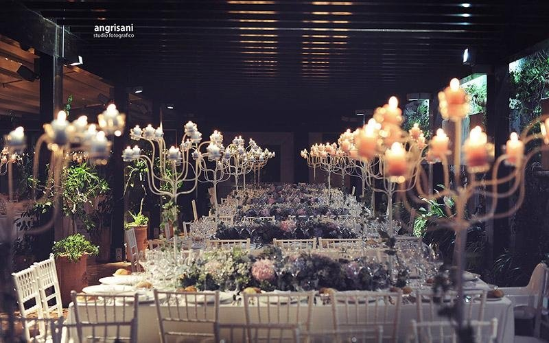 tavolo con addobbi floreali