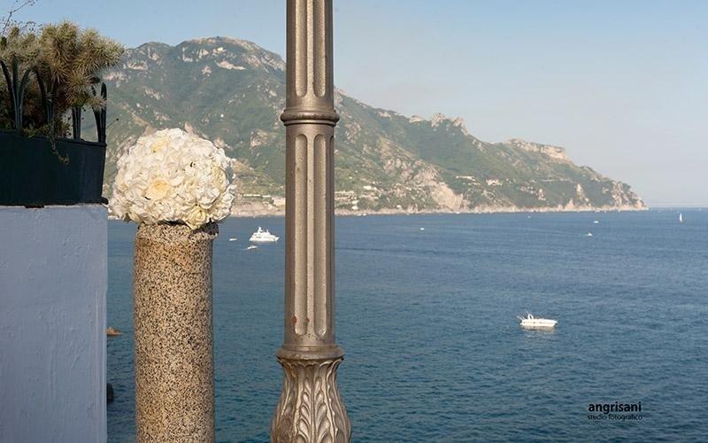 bouquet con mare e collina sullo sfondo