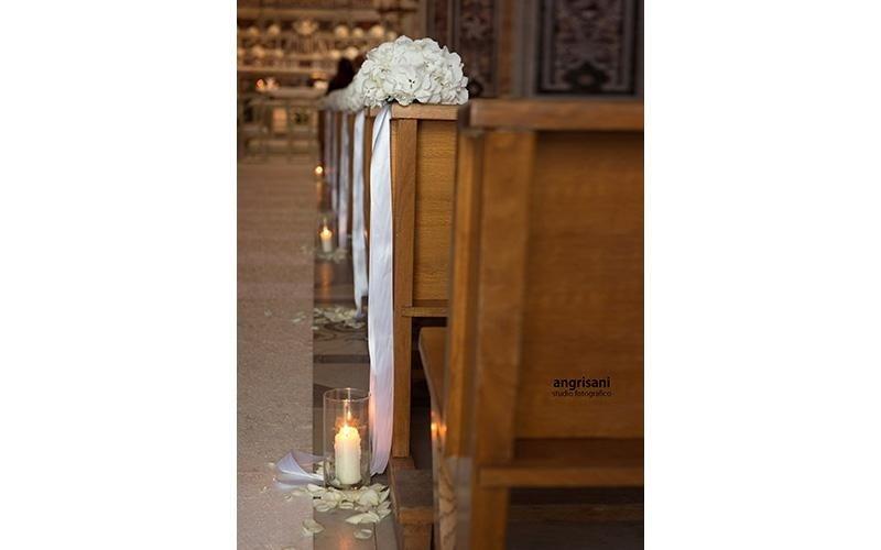 banchi di una chiesa con bouquet