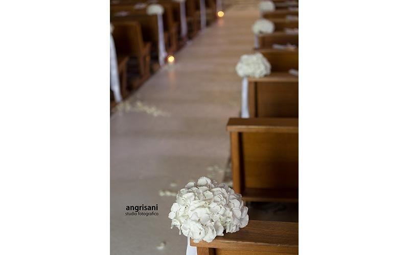 bouquet su banchi di una chiesa