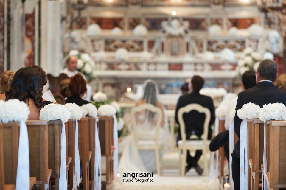 due sposi in una chiesa di spalle