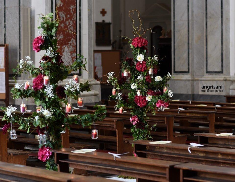 banchi di una chiesa con addobbi floreali