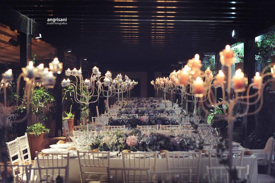 tavolo con sedie e addobbi floreali