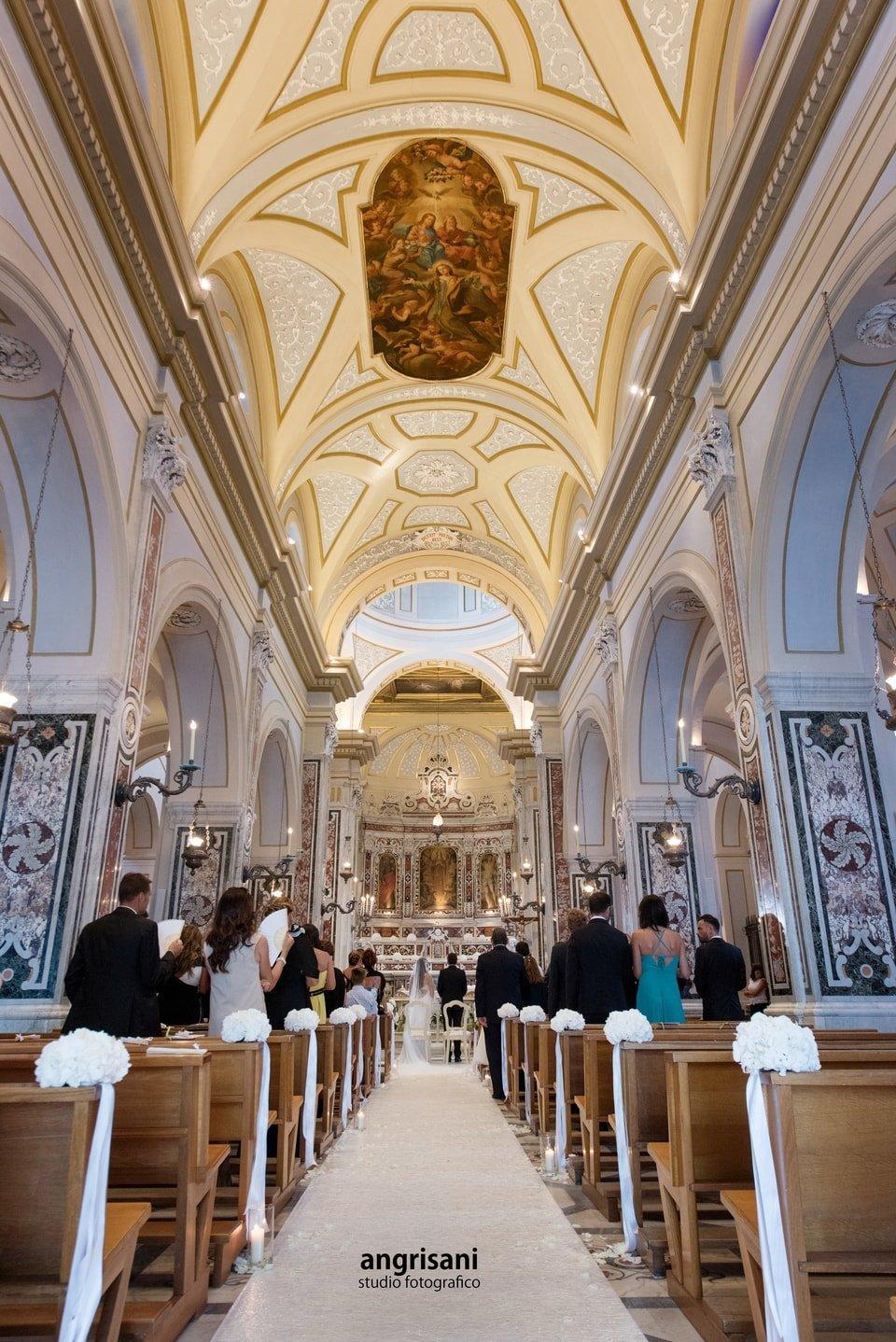 interno di una chiesa addobbata per matrimonio