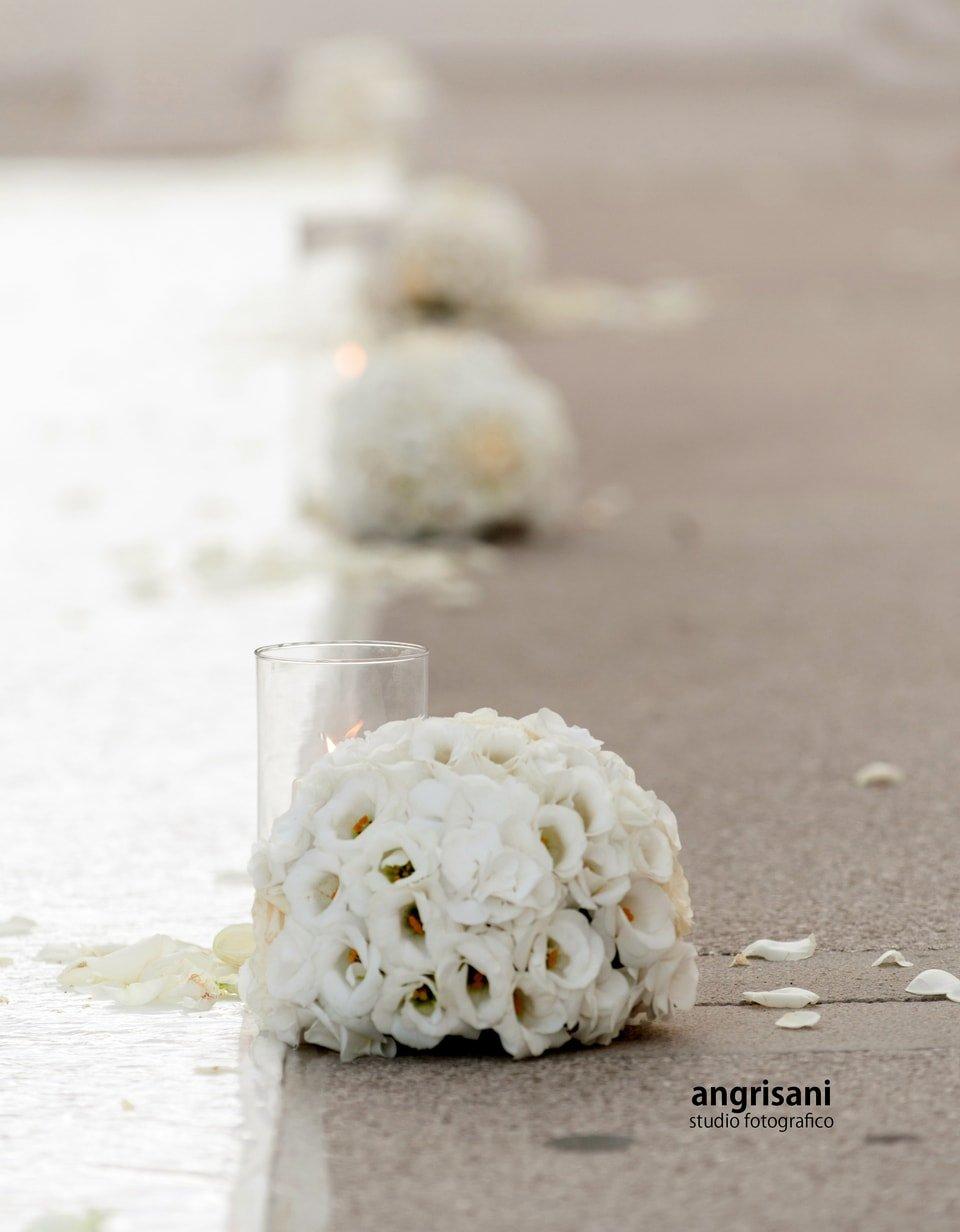 bouquet bianchi sulla strada