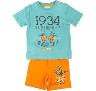 maglia azzurra e pantaloni arancioni