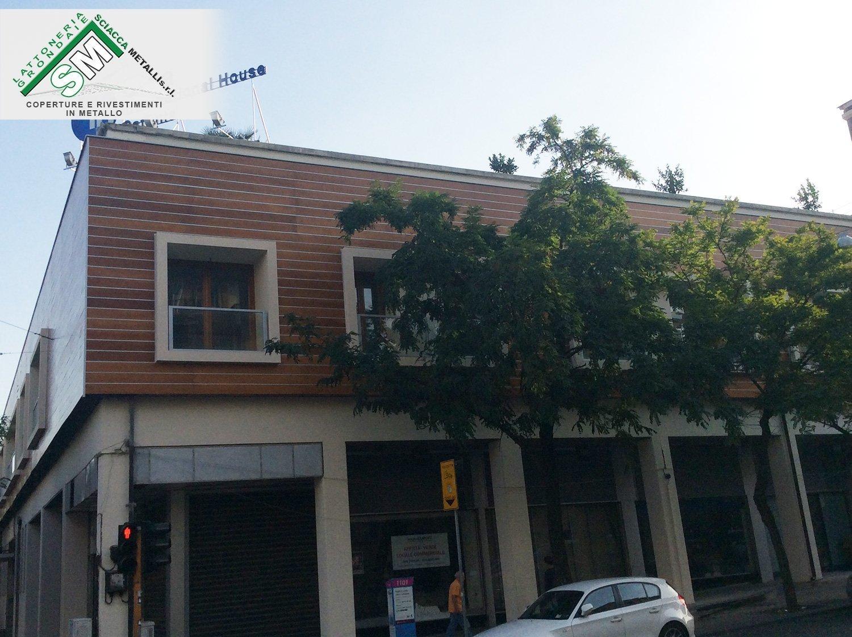 facciata ventilata con copertura in alluminio legno