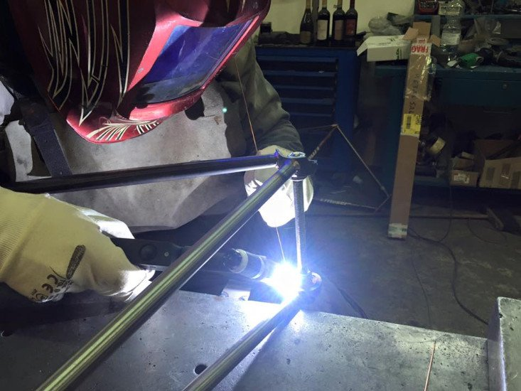 un carpentiere che salda un pezzo di ferro