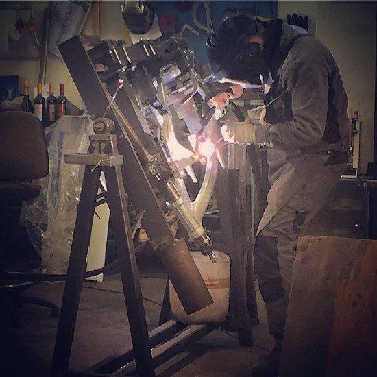 un carpentiere durante un lavoro di saldatura