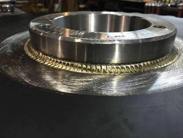 vista della saldatura su un grosso barile d'acciaio