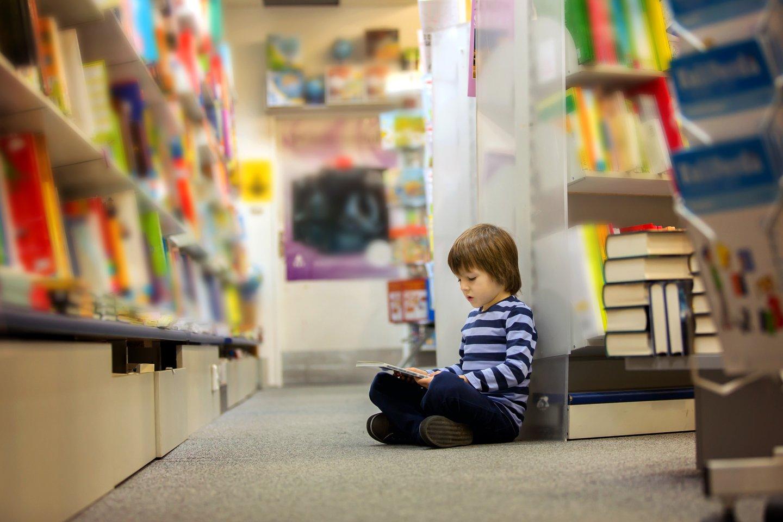 un bambino che guarda un libro