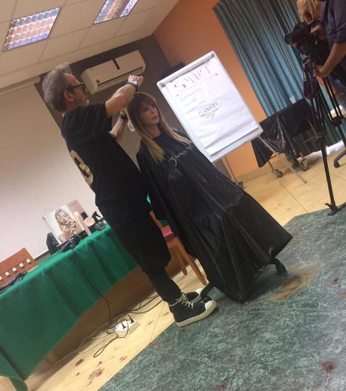 parrucchiere durante un taglio di capelli