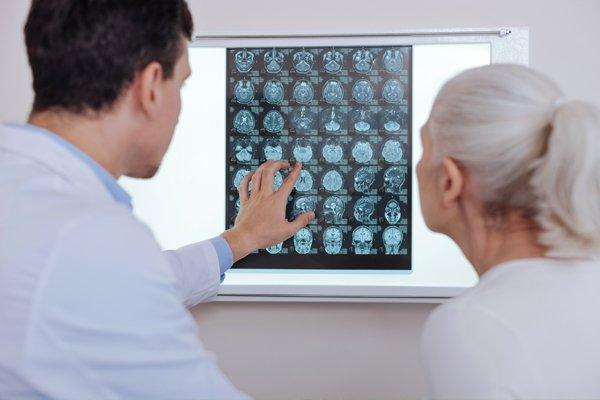 Il dottore spiega la radiografia alla sua paziente