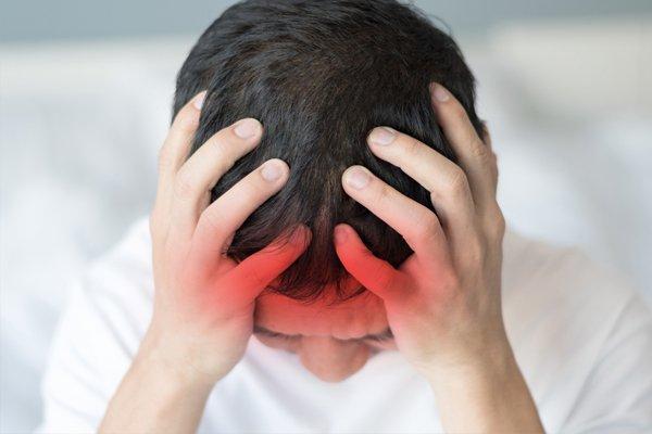uomo con il mal di testa