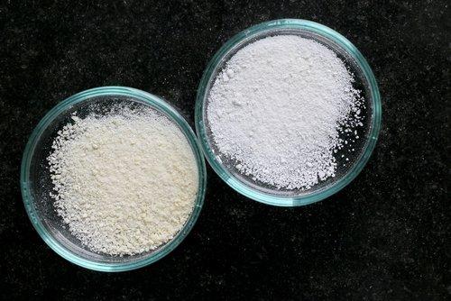 due contenitori di vetro con campioni di terreno
