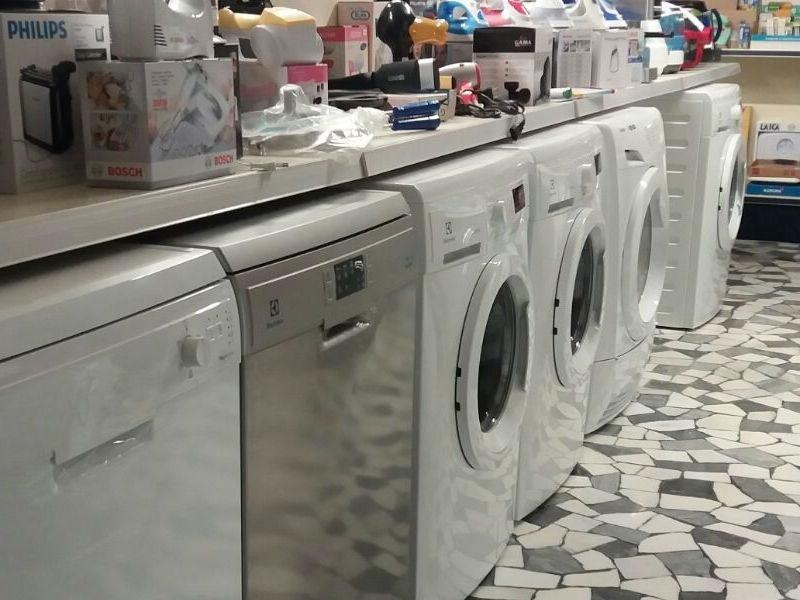 esposizione di lavatrici e asciugatrici di marca