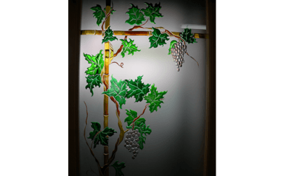 vetrata con decorazione colorata