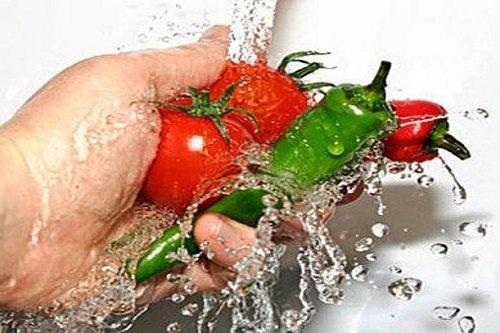 Lavando il prodotti freschi