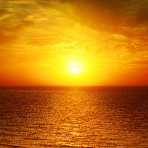 tramonto su mare calmo