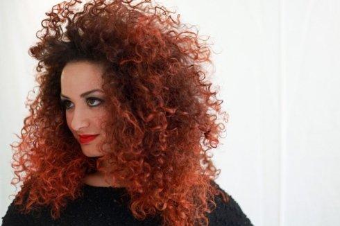 capelli ricci rossi donna
