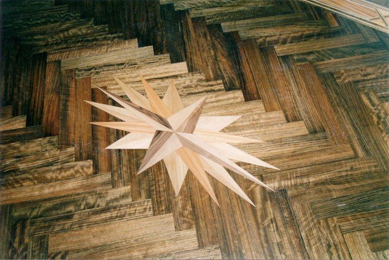 un parquet in legno con una rosa dei venti disegnata