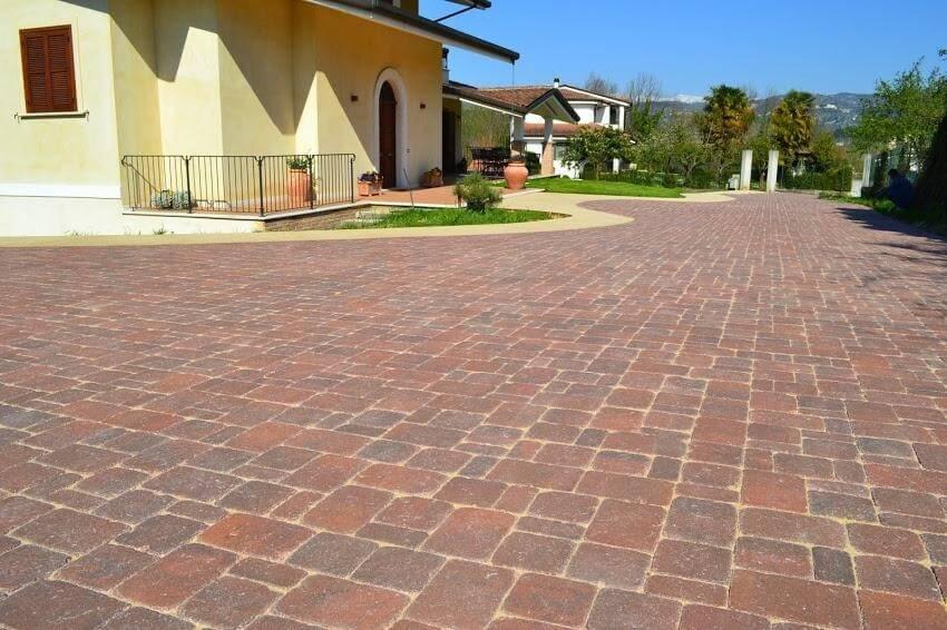 villa con muratura gialla e pavimentazione