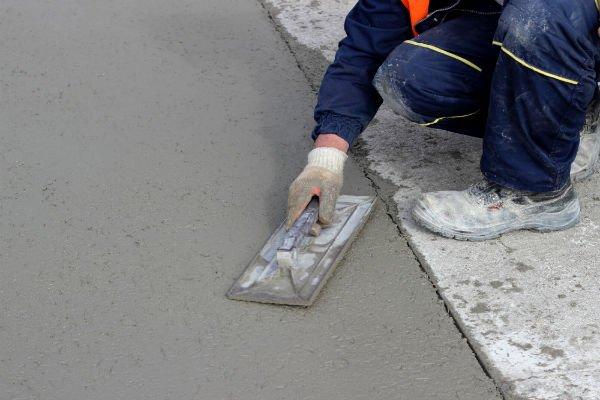 tecnico durante posa cemento