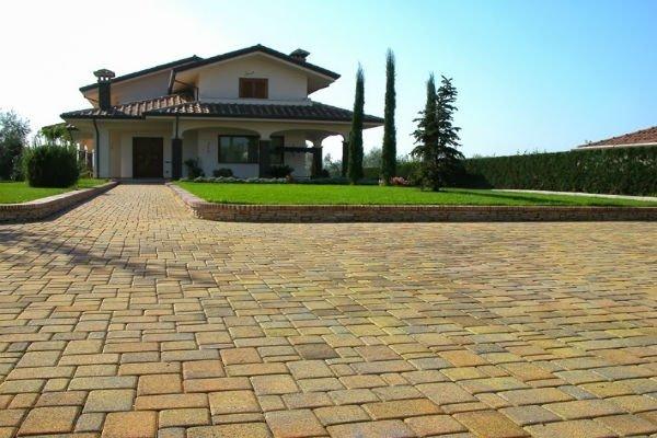 pavimentazione in cemento di villetta con giardino