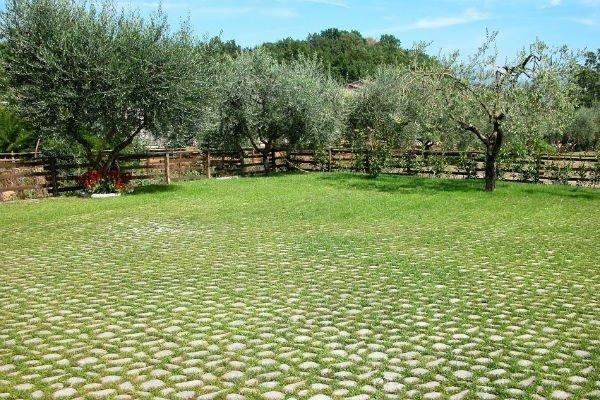 giardino con pavimentazione acciottolato