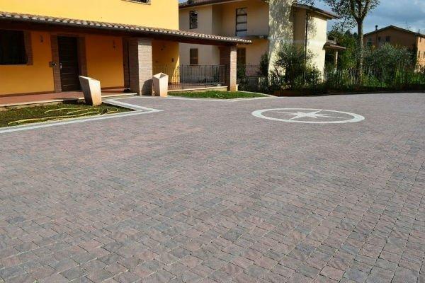 casa con pavimentazione in selciato regolare