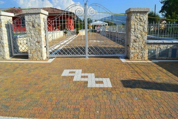 selciato di tipo regolare e cancello di ferro