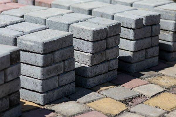 blocchi rettangolari di cemento di varie dimensioni