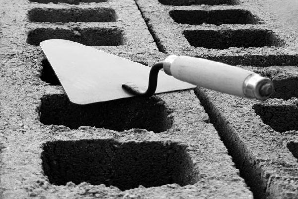 cazzuola e mattonelle di cemento