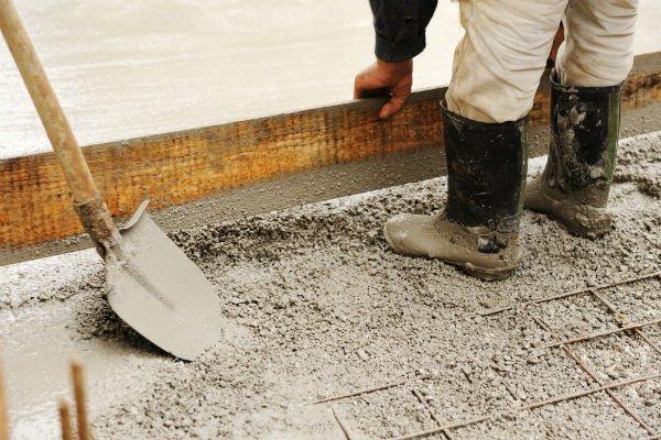tecnico con posa cemento