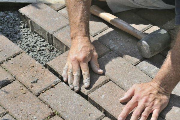 addetto durante la posa di blocchi di cemento