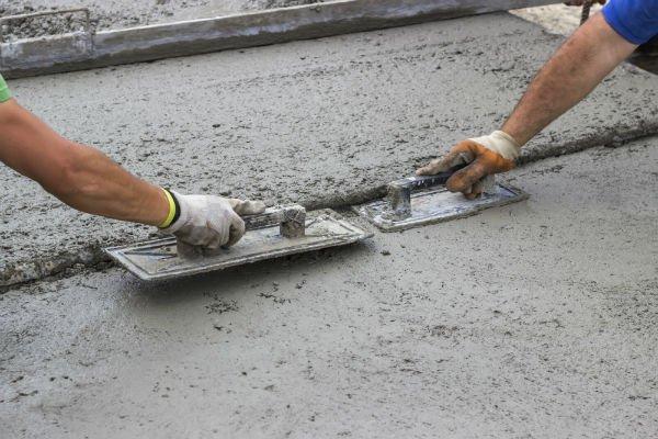 due operai durante posa cemento