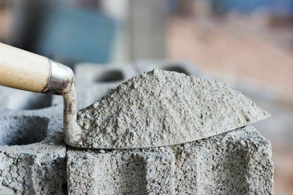 cazzuola con cemento