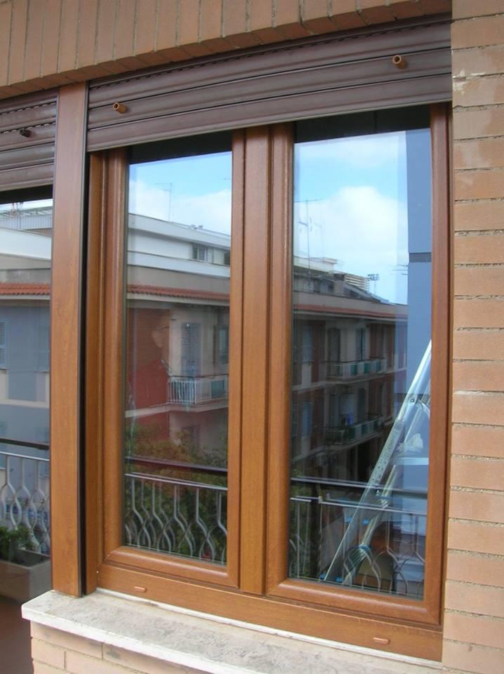 Finestra e persiana in PVC di diverse tonalità bruni