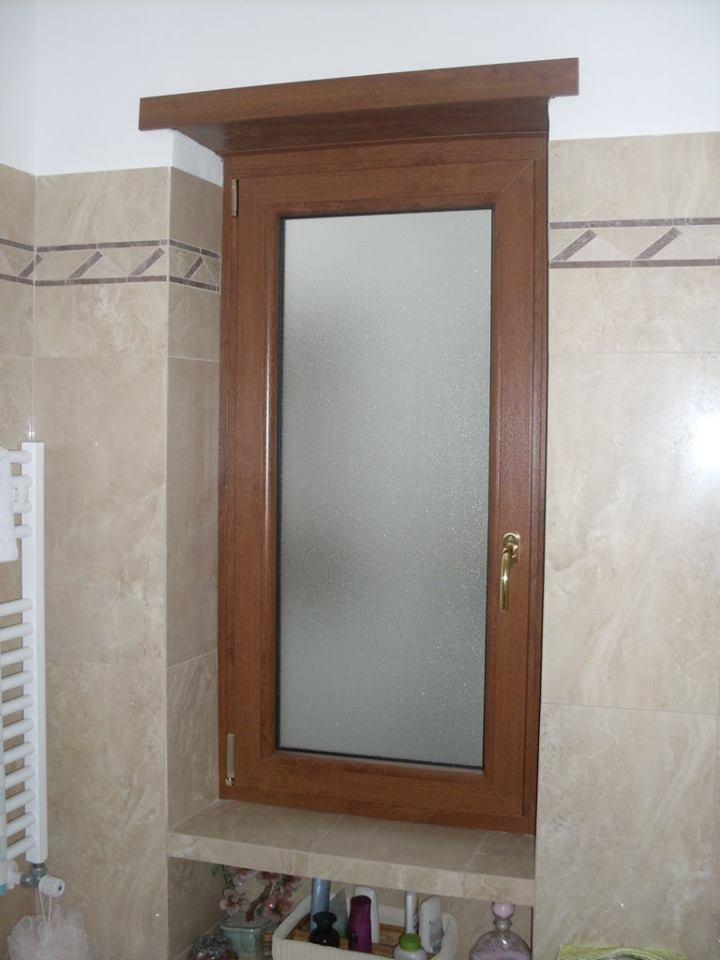 Finestra di PVC marrone per bagno con vetro a due vie
