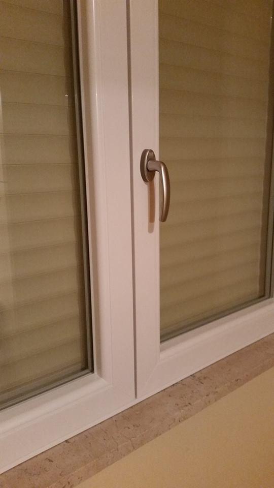 Dettaglio della maniglia di una finestra di PVC