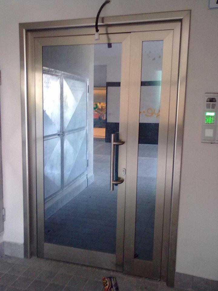 Porta di accesso ad alta sicurezza in acciaio e vetro con lettore di impronte