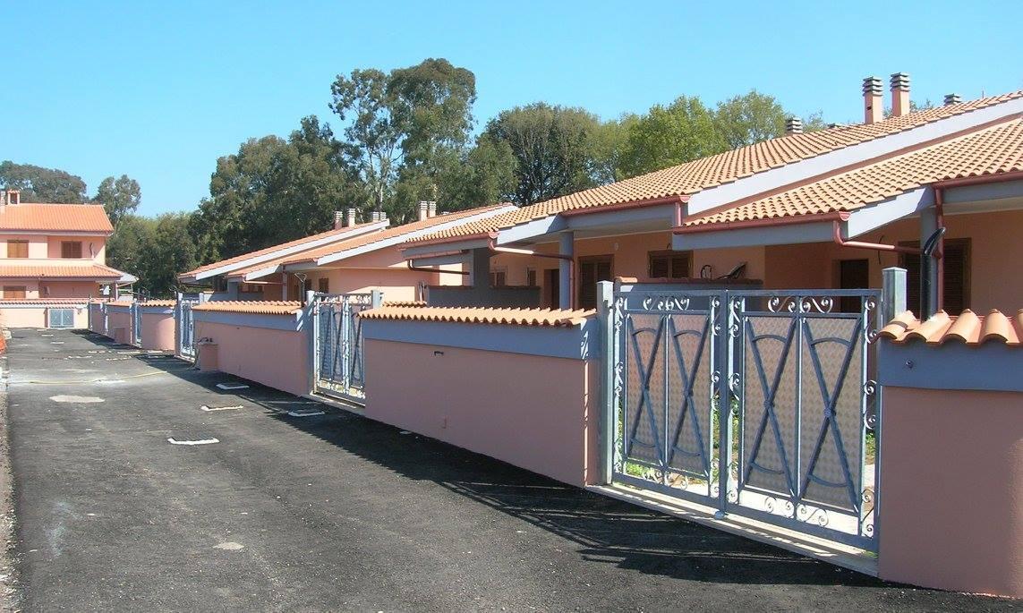 Porte grigie di ferro di accesso alle case