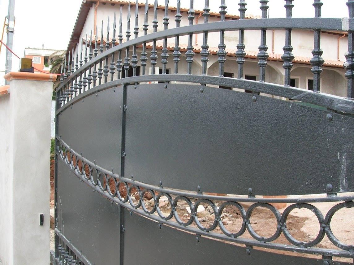 Porta di accesso di ferro nero,con forma curva nella parte superiore,punte di diamante nelle barre e circoli come ornamento