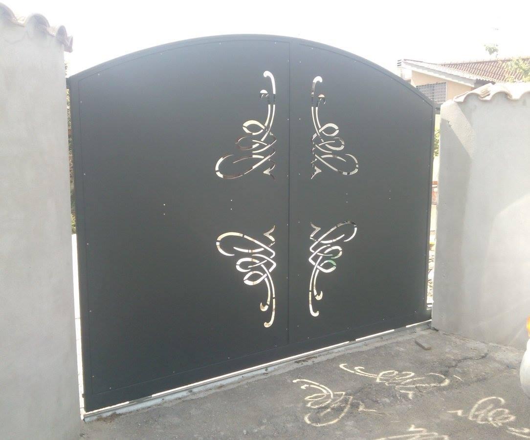 Porta di accesso di ferro con un arabesco di ornamento