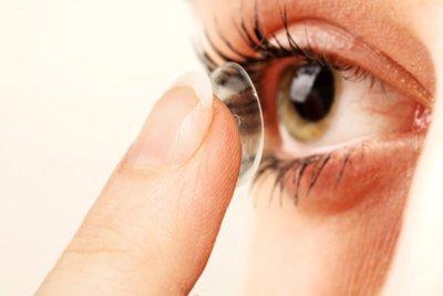 primissimo piano di donna mentre applica lente a contatto