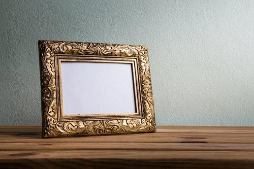 uno specchio su un tavolo