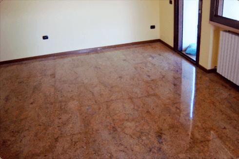 Qui si vede un interno di un appartamento nuovo, con marmo dal colore rossastro.