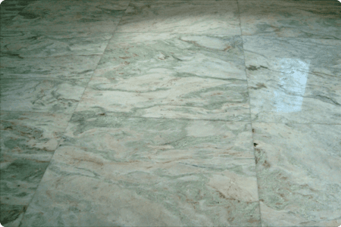 Ci occupiamo con molta attenzione della fase della levigatura delle lastre, indispensabile per avere un pavimento perfetto.