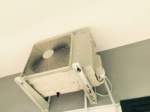un motore di un condizionatore installato su due barre di ferro di color bianco