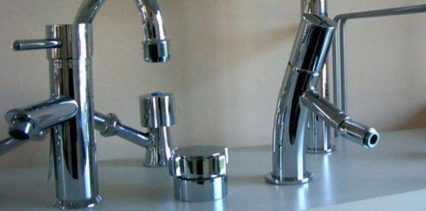 vista ravvicinata di due rubinetti cromati
